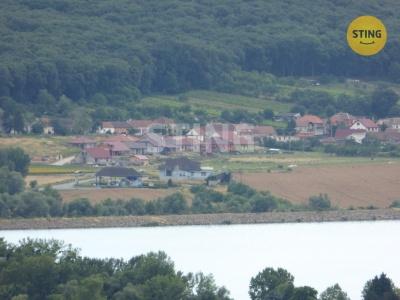 Zemědělský pozemek, Milovice - obilný pozemek pod zástavbou v Milovicích, foto z rozhledny v Zaječí